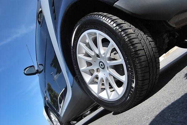 Son mejores los neumáticos más anchos