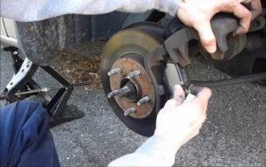 Cómo cambiar las pastillas de freno en su automóvil