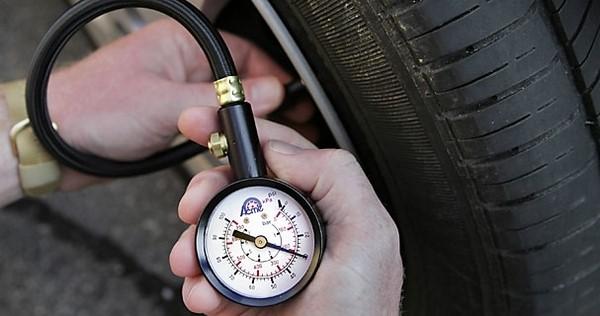 Cómo cambiar un neumático plano 10 pasos simples