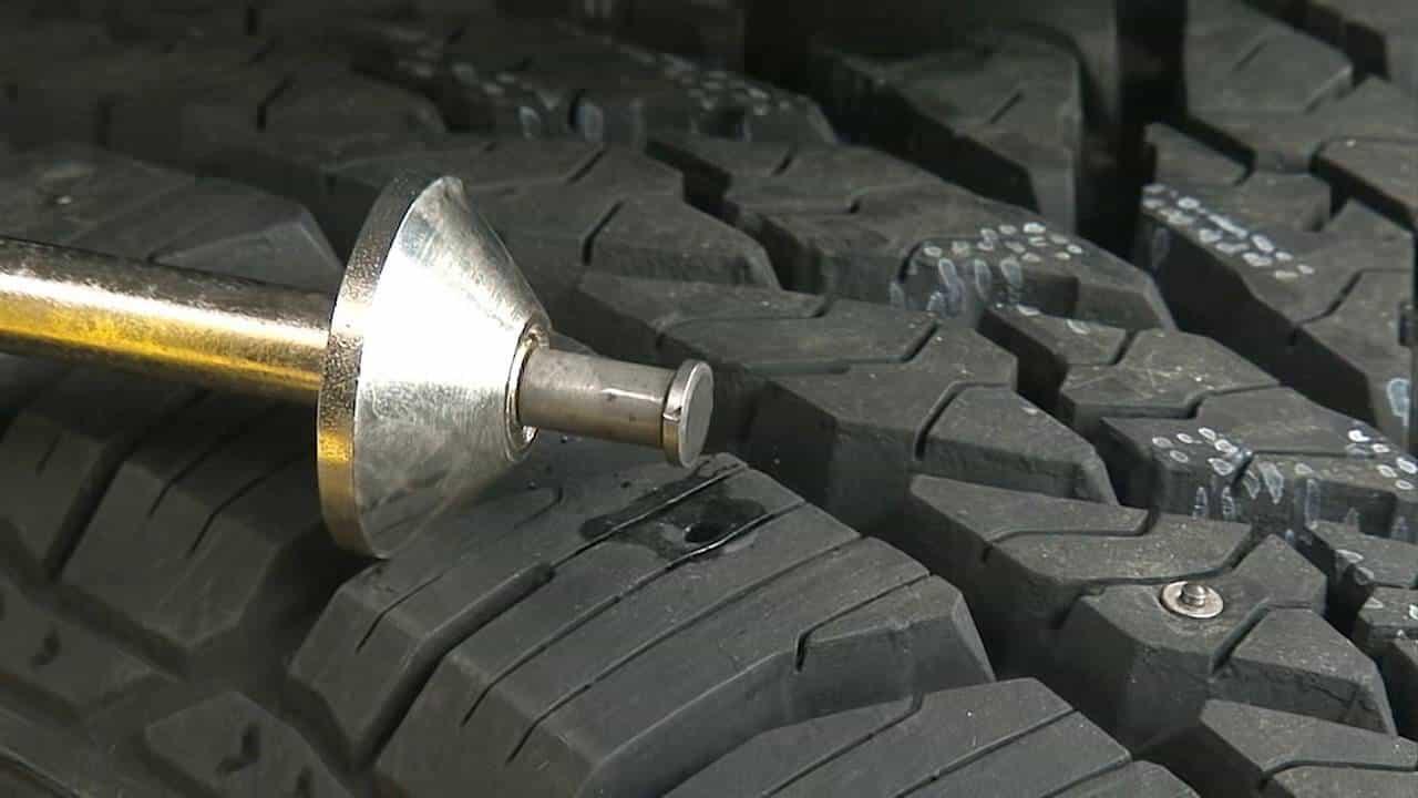 Cómo eliminar tachuelas de neumáticos