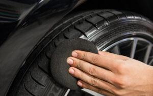 Cómo hacer que los neumáticos vuelvan a ser negros