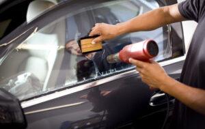 Cómo quitar el tinte de la ventana de su automóvil: Pasos sencillos