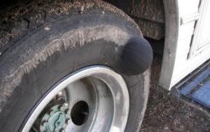 Conducir con neumáticos abultados: ¿es seguro?